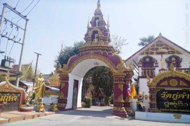 チェンマイバス・ターミナル前の寺