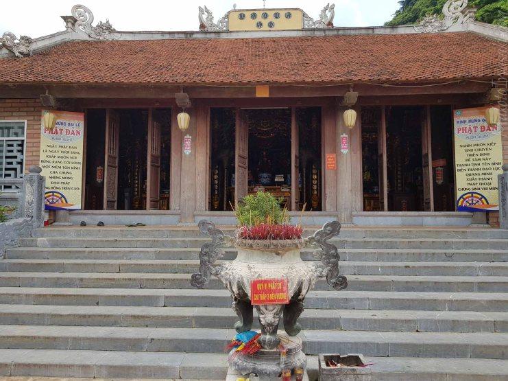 この寺で充電したり飲料水補給できる。