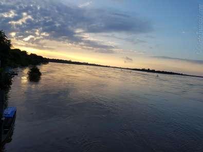 日の出前のメコン川