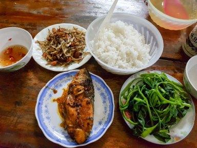 Gold Vinh Hotel の前のごはん屋は安くてうまい。日本的な魚料理がある