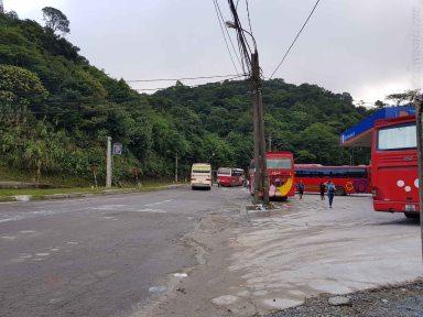 いくつもバスが溜まっている。ここで寝てたのって感じ。朝8時開門でしょ。