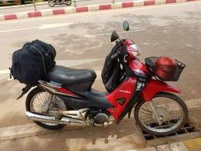 いざ出発。荷物用のゴム紐は市場、バイク屋で買える。5000K