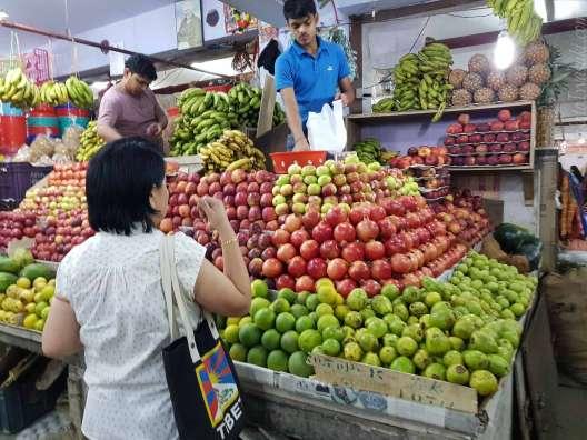 ガントックの市場1階。りんごは130ルピーkg