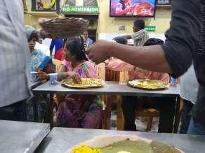 バラナシの無料食事処 Kashi Annapurna Annakshetra Trust