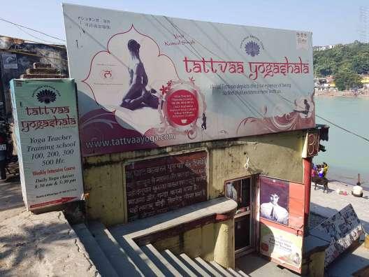 ラムジュラの橋を渡って右手にあるTattvaa Yogashala