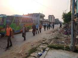 行進中。思えばネパールでは街中を行進しているのをよく見かける。行列更新好きな人々。