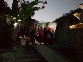 6時開門前に並ぶ客