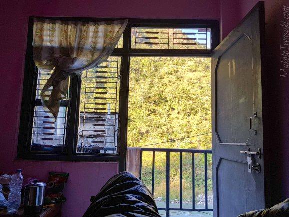 宿の部屋からの朝日に照らされる山斜面の眺めがいい