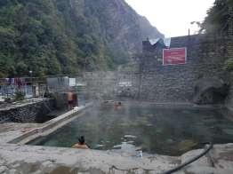 朝浴後の8時。右の黒いホースは移動式で源泉熱湯が注がれる。ぬるければ