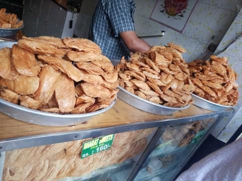 ジャガンナト寺院前の菓子屋。かりん糖味。