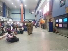 バンガロール駅内で警察がバシバシ棒で叩いていた。