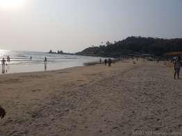 Arambol ビーチで裸足ジョギング