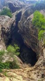 Khang Khao Cave。ここまで歩いて5分。蚊が多いのと臭いので入胴は断念