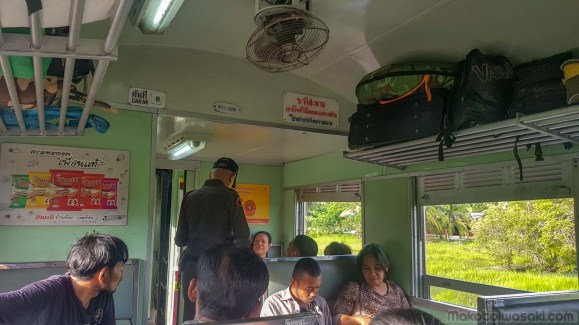 警官が乗客全員の身分証の写真を撮っている。