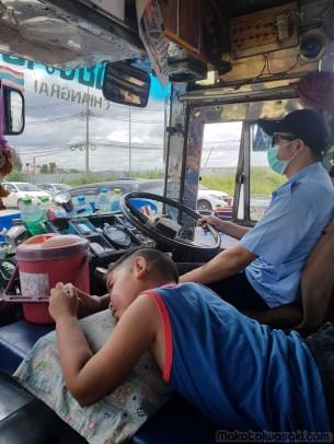 メーサイ行きのバスに乗り換え。運転手の子供か