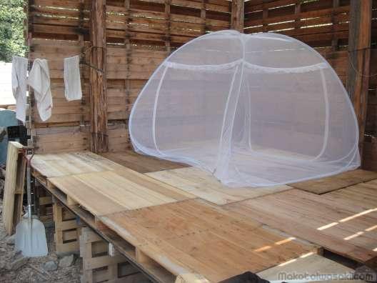 蚊帳のテントの中で寝る