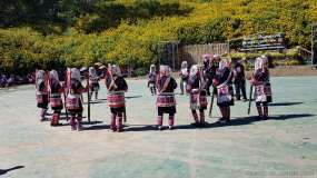 アカ族の踊りは単調で長い