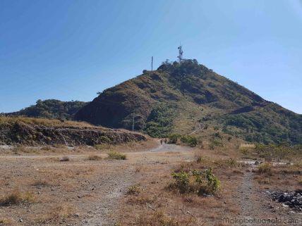 下山中にフランス人2人とすれ違う。フランス人もビザ免除30日という。タチレク方面に行く予定で陸路で来たことに驚いていた。ミャンマー人も20人ぐらいすれ違いで登っていった。