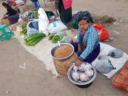 翌朝、ヤイワイ市場。熱い豆を買う