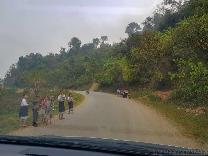 7:35 学校に歩く子供たち