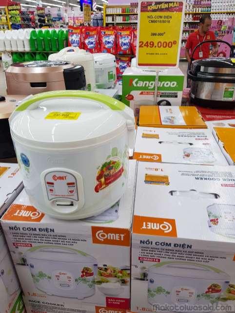 この炊飯器を買って海鮮鍋しよう。タイのBig-Cと同じ値段。小型の炊飯器よりも安いのでこれ買う。バックパックにギリギリ入る直径だった。1200円の使い捨て炊飯器としても良い