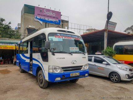 これはラオスのサムヌア行き国際バス。50万ドンは正規運賃らしいから値切れないかも