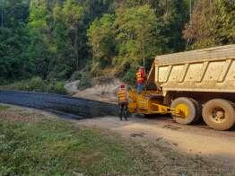 アスファルト垂れ流しのラオス式道路舗装工事