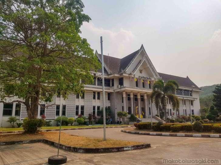 裁判所。検察はこの建物の裏側にある。