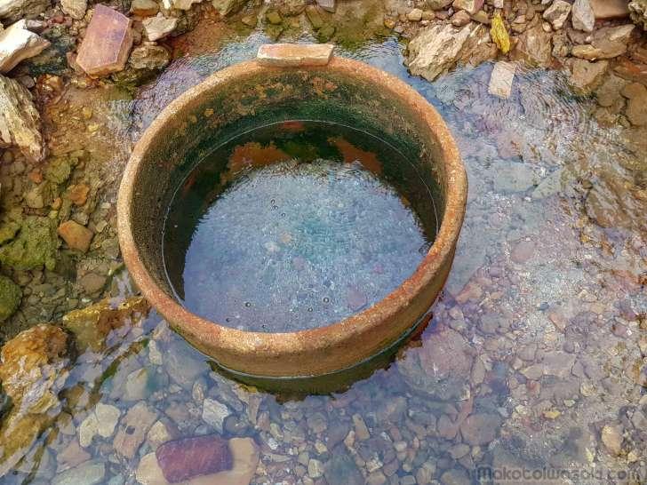 源泉。このお湯は飲めそう。鉄っぽい匂いがする。