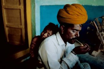 Steve McCurry,INDIA. Jodphur. 1996. Father and son at their home.
