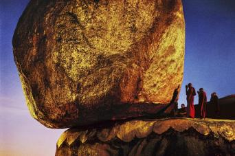 Steve McCurry,BURMA. Kyaiktiyo. 1994. The Shwe Pye Daw, a holy place.