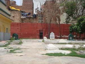 Courtyard with other graves inside the shrine complex of Shaykh Abdul Haqq Dehlavi