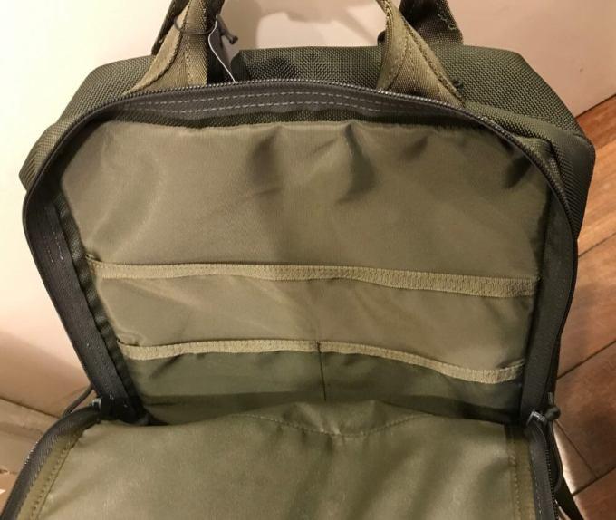 ブリーフィングのSQ PACKは大小3つのポケットが付いている