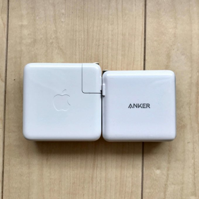 Anker PowerPort Ⅱ PDはMacBook Pro純正アダプターよりひと回り小さいコンパクトデザイン