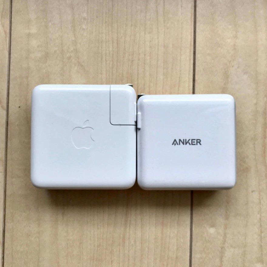Amazonサイバーマンデーのおすすめ家電・ガジェットであるAnker PowerPort Ⅱ PDはMacBook Pro純正アダプターよりひと回り小さいコンパクトデザイン