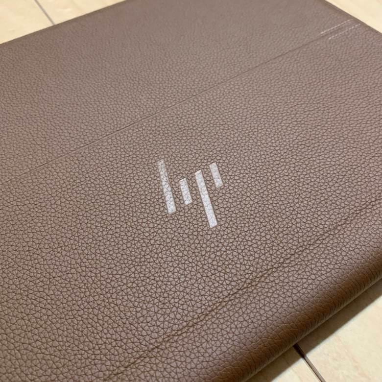 HP Spectre Folio 13の外装にはフルグレインレザー
