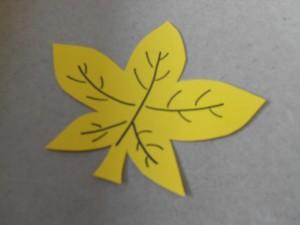 Ein ausgeschnittenes gelbes Blatt.