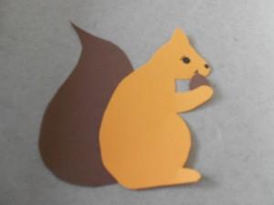 Ein Eichhörnchen aus Tonpapier.