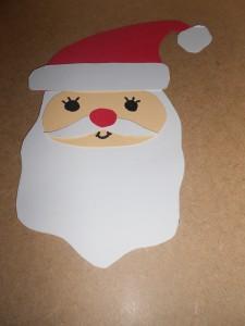Süßer Nikolaus der aus Tonpapier ausgeschnitten wurde.