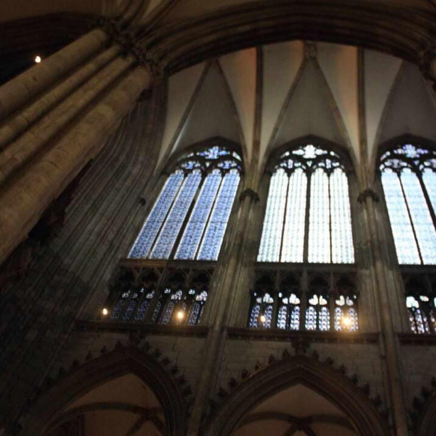 Arquitectura gótica. Parades laterales no estructurales. Grandes ventanales
