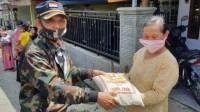 Foto : Kadinsos Kab Malang, Nurhasyim bagikan sembako
