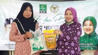 Foto : Hj. Latifah Shohib bagikan sembako kepada warga terdampak covid-19 di Malang Raya
