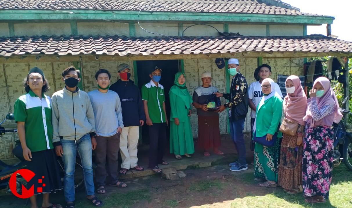Foto : Ansor Pagak bagikan sembako kepada warga terdampak covid-19