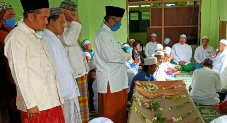 Foto : Para pelayat lakukan sholat jenazah