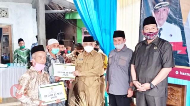 Foto : Bupati Malang serahkan bantuan bedah rumah kepada warga Tumpang