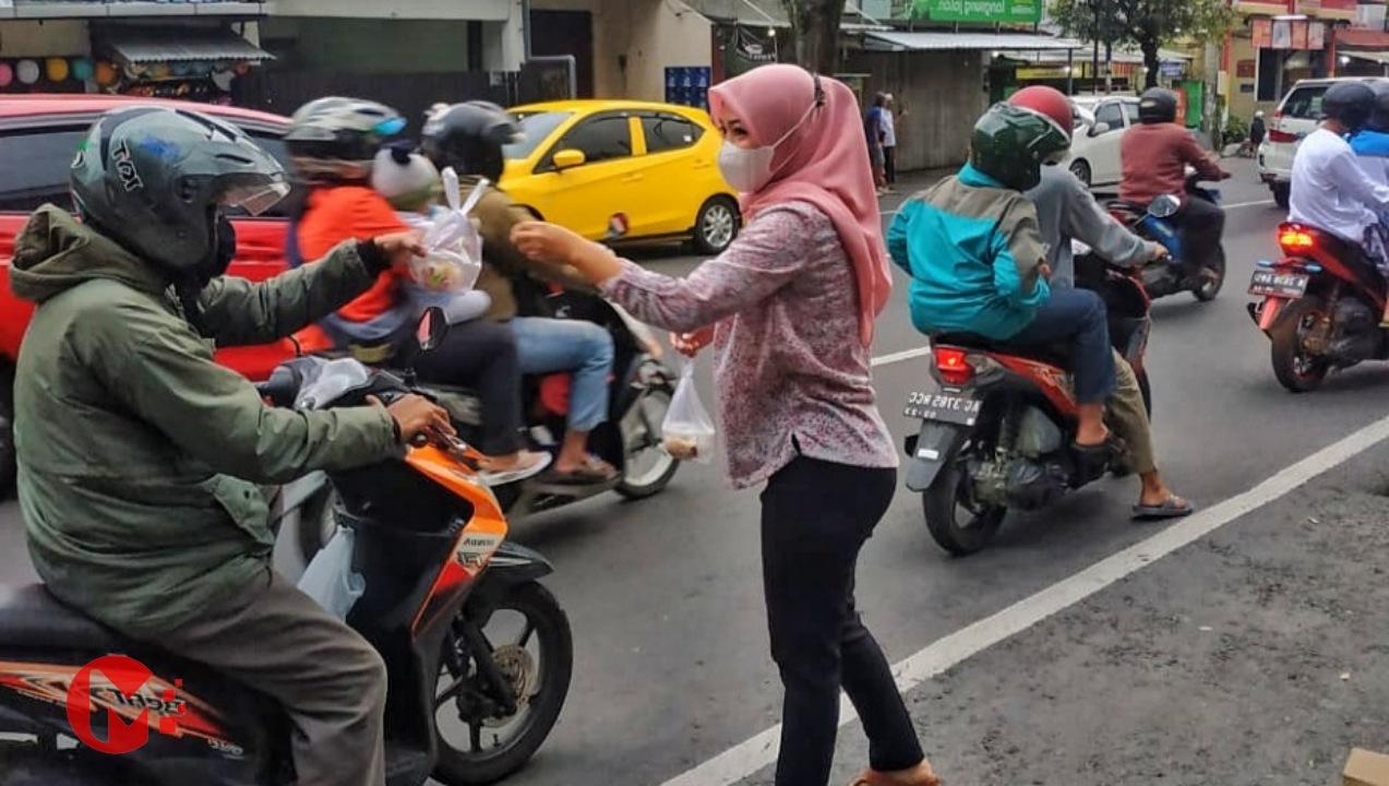 Foto : Staf Gizi RSI Unisma Bagikan Takjil Dan Sosialisasikan Makanan Sehat