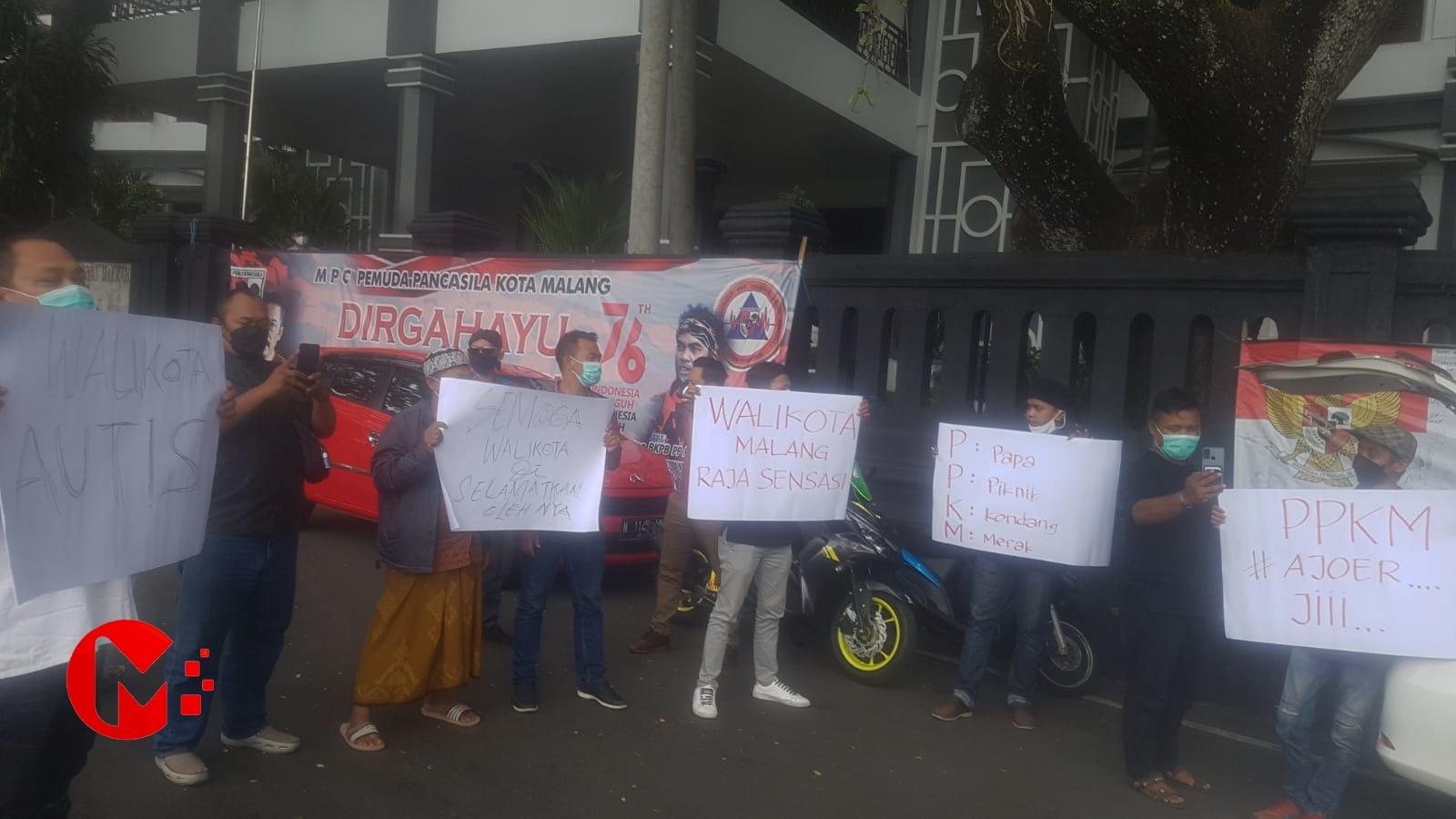 Foto : Aktivis Jaasmara saat gelar aksi didepan balai kota malang