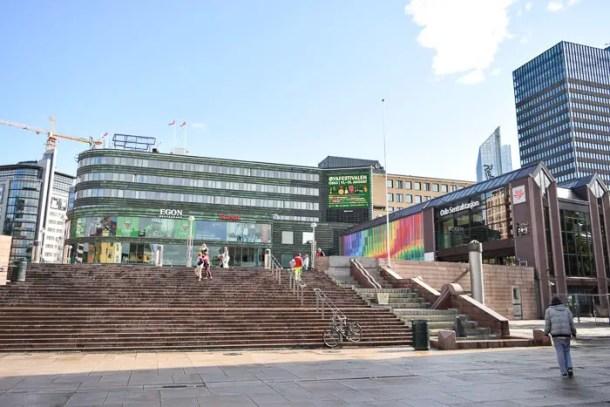 Estação de trem, shopping e hotel