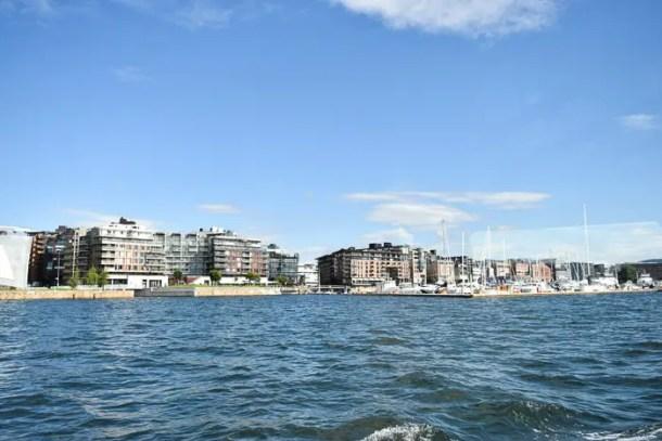 No barco um passeio panorâmico pela parte moderna de Oslo