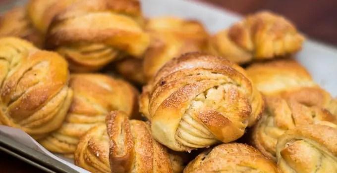 Kanelbullar: pãezinhos doces suecos com cardamomo e canela